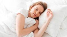 wypelnienie do poduszek, śpiąca kobieta na poduszce