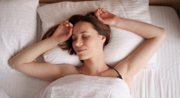 Spanie bez poduszki z z poduszką?